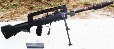 FAMAS F1 с винтовочной гранатой на стволе