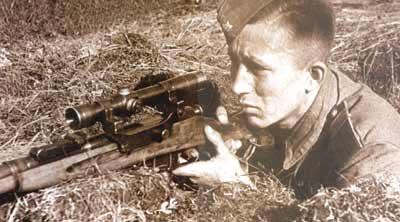 Советский снайпер со снайперской винтовкой Мосина образца 1891/1930