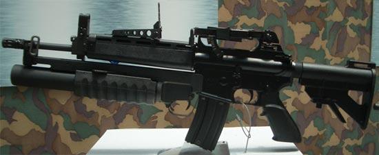 автомат T86 с установленным 40-мм подствольным гранатометом Т85