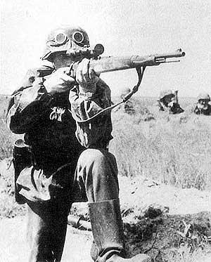Снайперская винтовка Zf. Kar. 98k используемая немецким солдатом