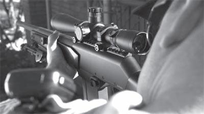 Снайперская винтовка FN FNAR с установленными сошками при стрельбе